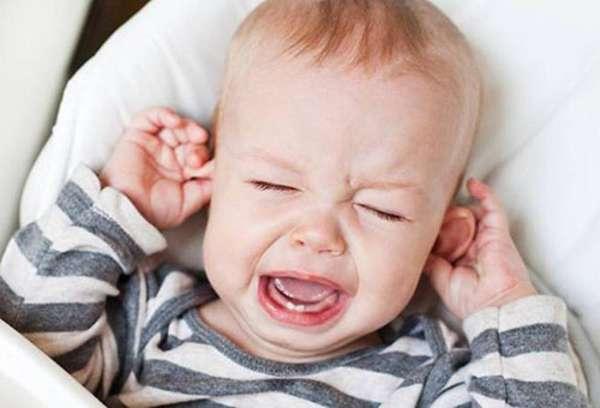 Что делать, если таракан залез в ухо ребенку