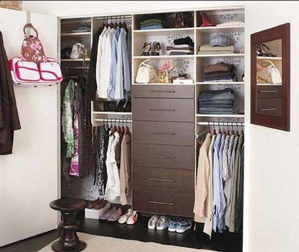 Для профилактики от клопов наведите порядок в шкафу