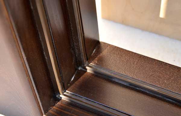 Чтобы клопы не появились снова, нужно поставить уплотнители на двери и окна